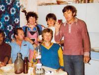 1976 s rodinou a flaškou mléka