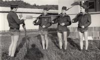 Jan Kůrka (první zleva) jako voják základní vojenské služby