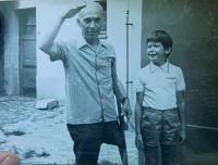 Vlevo otcův bratranec Antonín Anděl, který udajně žil v Českém Malíně na Volyni a přežil jeho vypálení 13. července 1943
