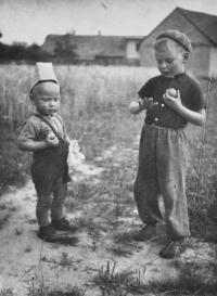 Josef Bannert s bratrem Karlem Jaškem / s krabicí na hlavě / Žďár nad Sázavou / asi 1952