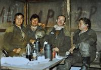 Josef Bannert / vpravo / část osádky dole v odpočívárně zvané blechárna / cca 1989