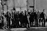 Horníci a funkcionáři Rudných dolů Zlaté Hory před hlavní jámou