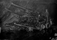 pomocník Josefa Bannerta na vrtacím voze