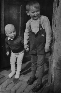 Josef Bannert / vpravo / s bratrem Josefem Jaškem / na prahu obytného domu v cihelně / Žďár nad Sázavou / asi 1953