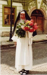 Sestra Dominika s růžemi