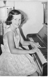 Jana hraje na klavír 1964