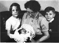 Jana se sourozenci a maminkou 1956