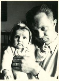 Jana roční s tatínkem