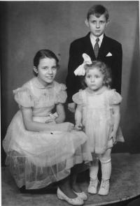 Jana (nejmladší) se sourozenci Majkou a Jendou 1957