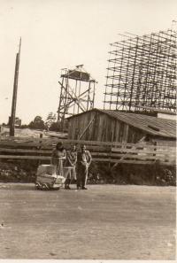 V kočárku nejstarší syn Jiří - výstavba Koldomu zač. 50. let a