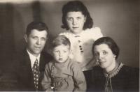 S rodiči a bratrem 1943