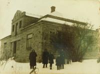 Rodina Hajná před svým domem v Českých Dorohostajích v roce 1947