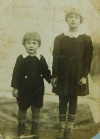 Evženie Hajná (Hamplová) s bratrem Vladimírem v Českých Dorohostajích.