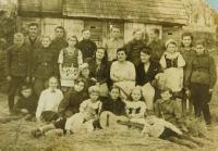 Hudební sbor v Českých Dorohostajích na Volyni v roce 1946. Evženie Hajná uprostřed v čepičce.