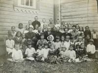 Školní třída v obci Bojarka na Volyni. Evženie Hajná (Hamplová) čtvrtá zprava sedící.