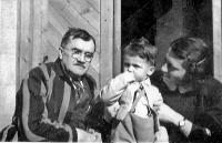 Pamětník s matkou a dědečkem K. Englišem, rok 1942