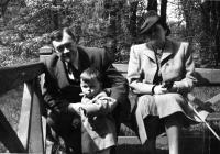 Pamětník s prarodiči ve Stromovce, okolo roku 1942