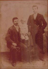 Historické fotky: Děda Jan, otec Jan (jako miminko) a strýc Václav (mladší bratr dědy), kolem r. 1903