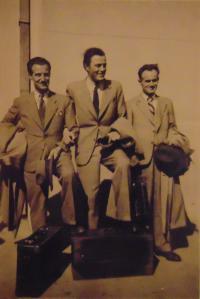Historické fotky: Bratři otce při mobilizaci do Československé armády: Stevan (Štěpán), Edvard a František, na starém bělehradském letišti, v roce 1938
