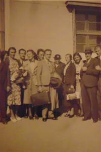 Historické fotky: Bratři otce při mobilizaci do Československé armády, příbuzní je doprovází na starém bělehradském letišti, v roce 1938