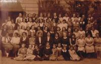 Historické fotky: Teta (otcova sestra) pamětnice Petronila - Nelka, Nela v Pensionu Vesna v Českých Budějovicích