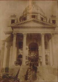 Historické fotky: Průčelí budoucího jugoslávského parlamentu ve výstavbě, na kterém fasádu dělal děda pamětnice Jan Laník (dokončen 1936)
