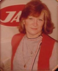 JAT: Portrét pamětnice (před logem společnosti JAT - Jugoslávský aerotransport, ve které pracovala)