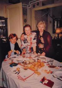 Sousedka, Jarmila a Zorica Ilić - oslava narození pamětčiného vnuka v rodinném bytě pamětnice, 3. 2. 2002