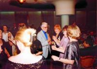 Společnosti přátel Jugoslávců, Čechů a Slováků, První ples (11. 4. 2003) v domu Jugoslávské lidové armády v Bělehradě, na kterém pamětnice jako nejmladší babička dostala dort: (zleva) Zoran Kamarit, pamětnice, Jelena Kamarit