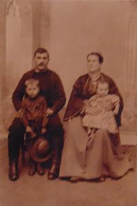 Historické fotky: Srbský dědeček (Miloje Ivanović) a babička (Draga Ivanović) pamětnice, s vlastními dětmi - Radivoje (strýc pamětnice) a Emilija (teta pamětnice)