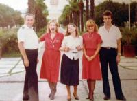 JAT: Albánie, letiště v Tiraně, s posádkou JAT-u, 1982 nebo 1983, pamětnice druhá zleva