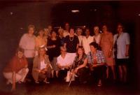 Členové Společnosti přátel Jugoslávců, Čechů a Slováků - skupinová fotka: Milan Jovanović (jednu dobu předseda spolku), Jelena Kamarit (uprostřed, s náhrdelníkem), Jarmila Laníková (dřepí uprostřed, položila složku na zem)