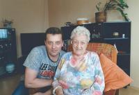 Marie Brychtová s vnukem, blíže nedatováno
