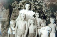 1947 - Marie Brychtová s dětmi z Dětského domova v Mikulově