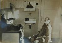 Tchyně Marie Minářová ve svém domě v Horních Studénkách