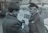 Vpravo Alois Grůz jako řidič v ČSAD