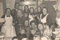 Svadba Mariji Andrić, Beška podzim 1965, pamětnice drží dort, na fotce také matka Ana, sestry Mařena (Marie) a Anežka a příbuzná Manča (Marie)