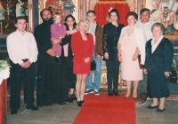 Křtiny pravnuka Borise, září 1995, klášter Krušedol (Frušká hora), Srbsko; (zprava:) pamětnice, neboštík zeť, dcera Mirjana, kmotra, vnuk Nikola, vnučka Andrijana, vnukova přítelkyně, a malý Boris
