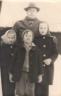 Uncle Vlastimir Velimirović (born Kolaček), Ruza, brother Dragan and sister Draginja, courtyard of the family house in Petrovaradin / Serbia