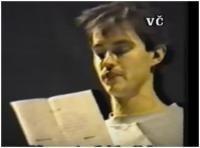 Jako první student na veřejnosti čte Prohlášení studentů DAMU o okupační stávce na shromáždění studentů a divadelníků v Realistickém divadle Zdeňka Nejedlého, 18.11.1989