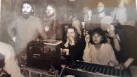 Na tajném undergroundovém koncertu pořádaném Zbyňkem Baťou ve sklípku hradu v Malenovicích v lednu 1987