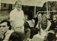 Akce Společnosti přátel USA k výročí dne nezávislosti 4. července 1988 na lodi Napajedla. Vlevo dole Petr Bartoš, stojící Václav Vaculík.