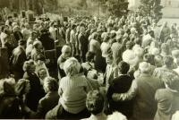 Kladení věnců k padlým americkým letům v roce 1988 jehož se účastnili členové SPUSA