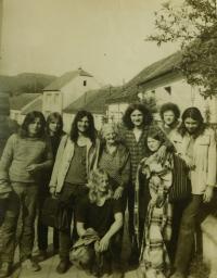 Uprostřed Vladimír Trlida s přáteli v Dolních Kounicích