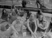 Vladimír Trlida s přáteli v Brně na Střelnici v Pisárkách v roce 1983 po zásahu policejních složek na festival alternativního rocku v Žabčicích