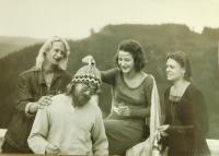 Vlevo Vladimir Trlida na Pernštejně při práci pro film v září 1988