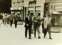 Vpředu  Stanislav Devátý se zástupci americké a kanadské ambasády po soudu v Gottwaldově v srpnu 1989, který ho odsoudil na dvacet měsíců. Vzadu Vladimír Trlida, Pavel Jungmann, Miroslav Janalík a Milan Špička