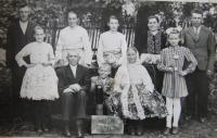 Rodina pamětnice, oslava padesátin prarodičů - zleva otec, pamětnice, matka, sestra, teta s manželem, mezi nimi sestřenice, sedí prarodiče a uprostřed bratranec, Blatnice pod Svatým Antonínkem, 2017