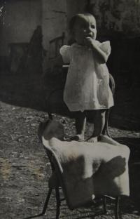 Bratr Josef v košilce poslané z Ameriky, Blatnice pod Svatým Antonínkem, 1948