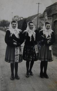 Na cestě z požehnání, se sousedkami, pamětnice uprostřed, Blatnice pod Svatým Antonínkem, cca 1952